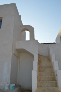 Arches and smooth arcs combine with sharp angles, another characteristic feature of Cycladic style